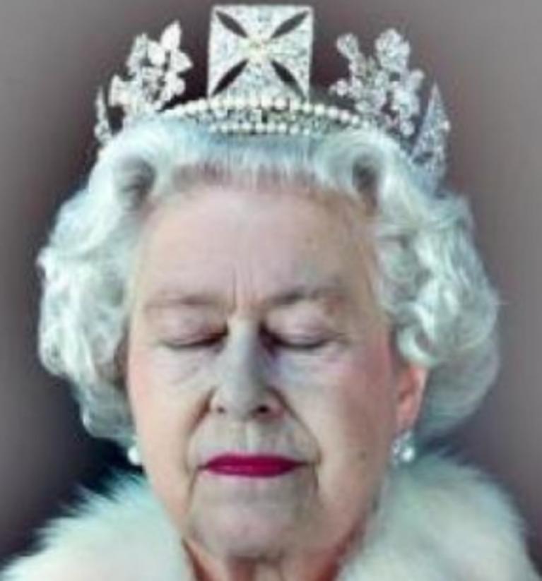 Il doppio corpo della regina doppiozero for Quanto costa la corona della regina elisabetta