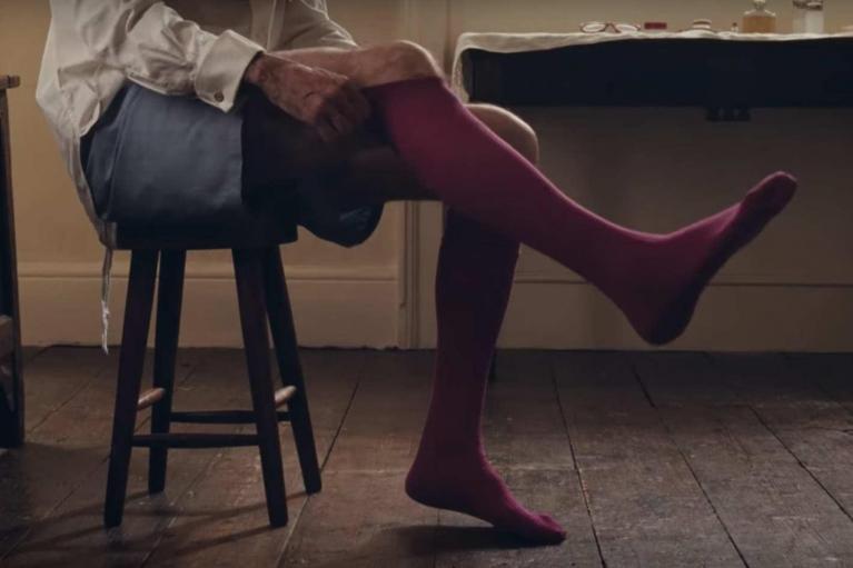 046a7fd65e ... si pettina, si veste, si infila le calze fucsia cardinalizie (sono  realizzate da un'antica sartoria romana che rifornisce anche l'alto clero),  ...