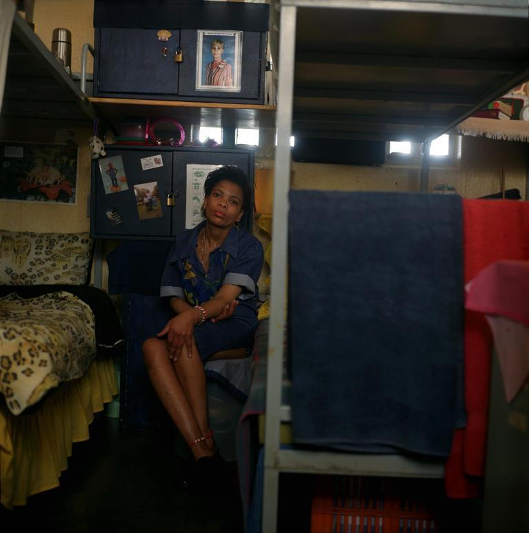 b5a13b37ec85 Per ottimizzare i tempi e portare a casa il risultato ha deciso di  utilizzare un format fisso: la donna ritratta sul letto, l'unico spazio  privato che la ...